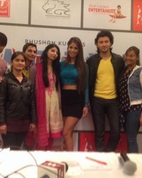 himcom_students_posing_for_lense_with_team_of_bollywood_film_yaariyan.