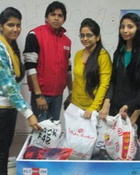students_with_hod_academics_ayushi_sachdeva_centre_and_rj_gaurav_kumar.